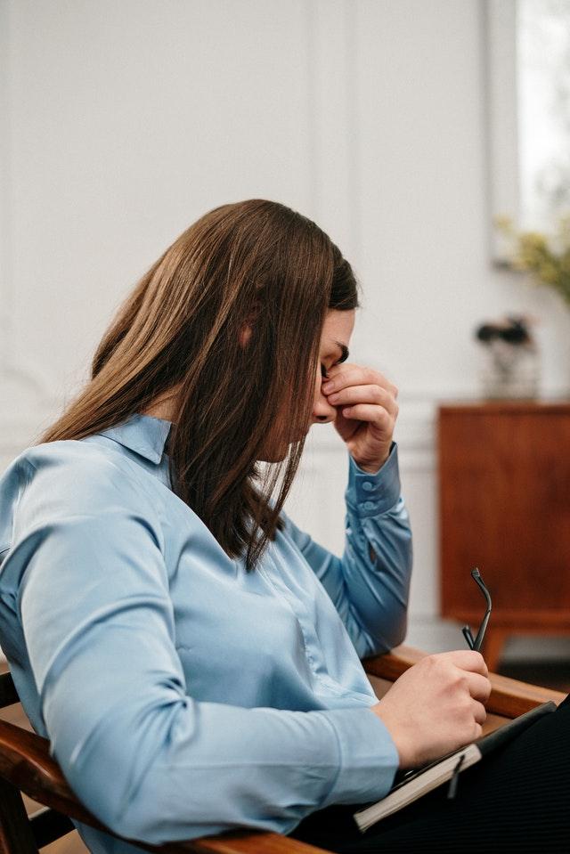 Ondt i ryggen på arbejdet? Måske holdningskorrigerende tøj kan hjælpe